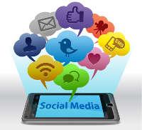 """Ein liegendes Handy, auf dem """"Social Media"""" steht und über dem sich Sprechblasen in den verschiedensten Farben mit verschiedenen Icons befinden"""